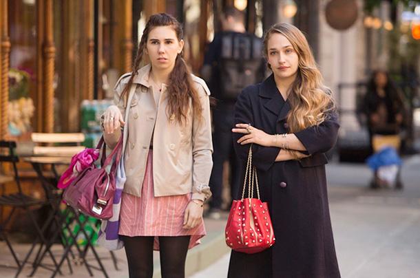 Кадр из сериала «Девочки» ( Джемима справа)