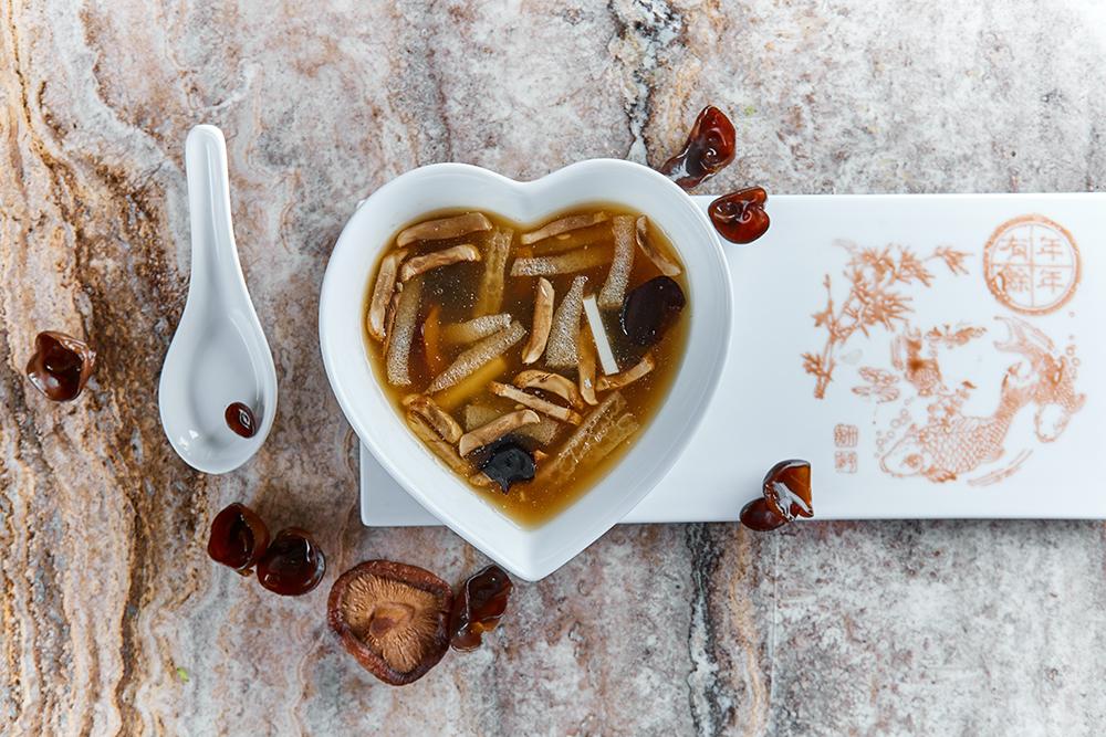 Суп из древесных грибов, шампиньонов, грибов муэр и шиитаке (510 р.).