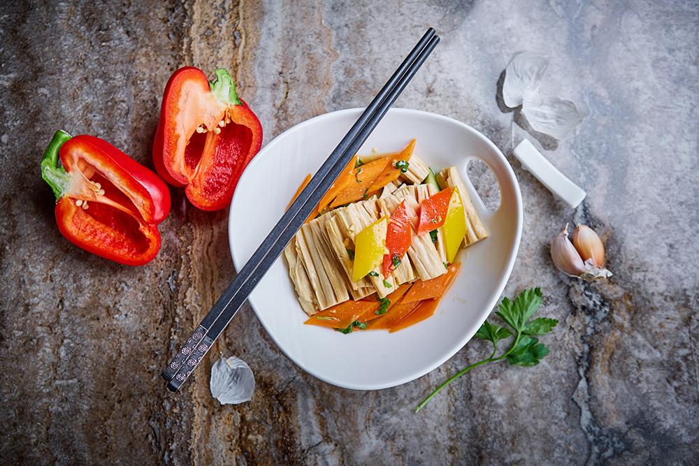 Маринованная соевая спаржа в соевом соусе с чесноком и кунжутным маслом (410 р.)