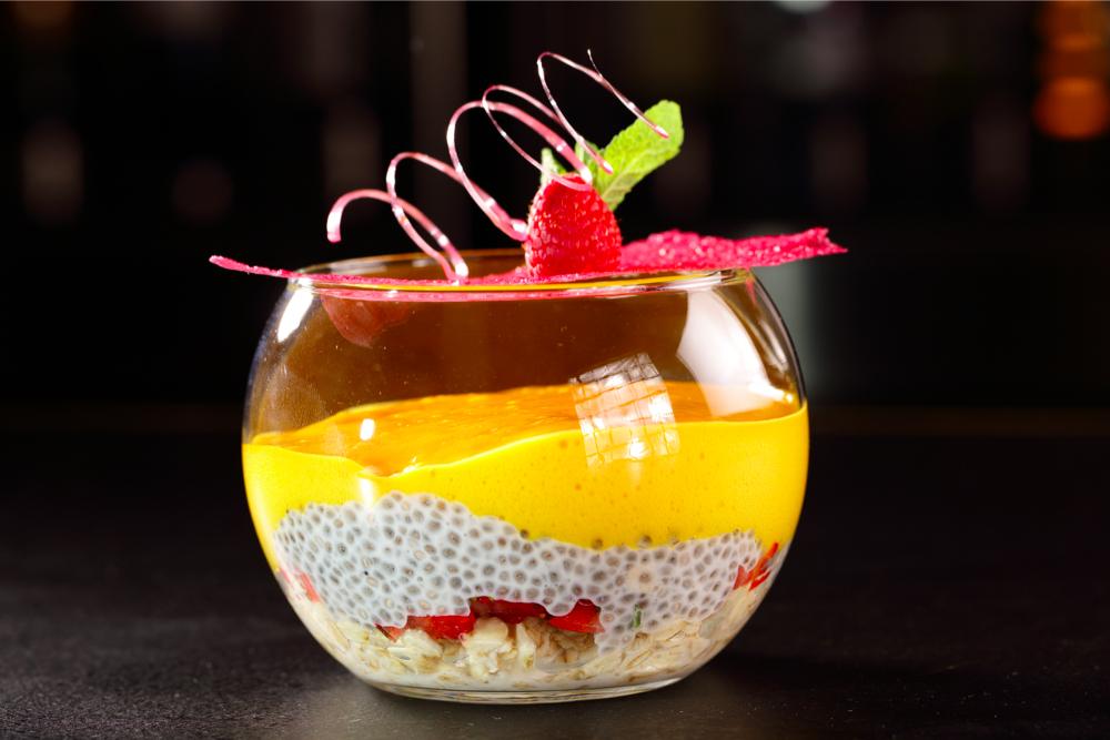 Чиа-пудинг со свежими ягодами под пеной из манго (390 р.)