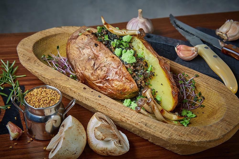 Печеный картофель с грибами, пажитником и зеленым соусом (450 р.)