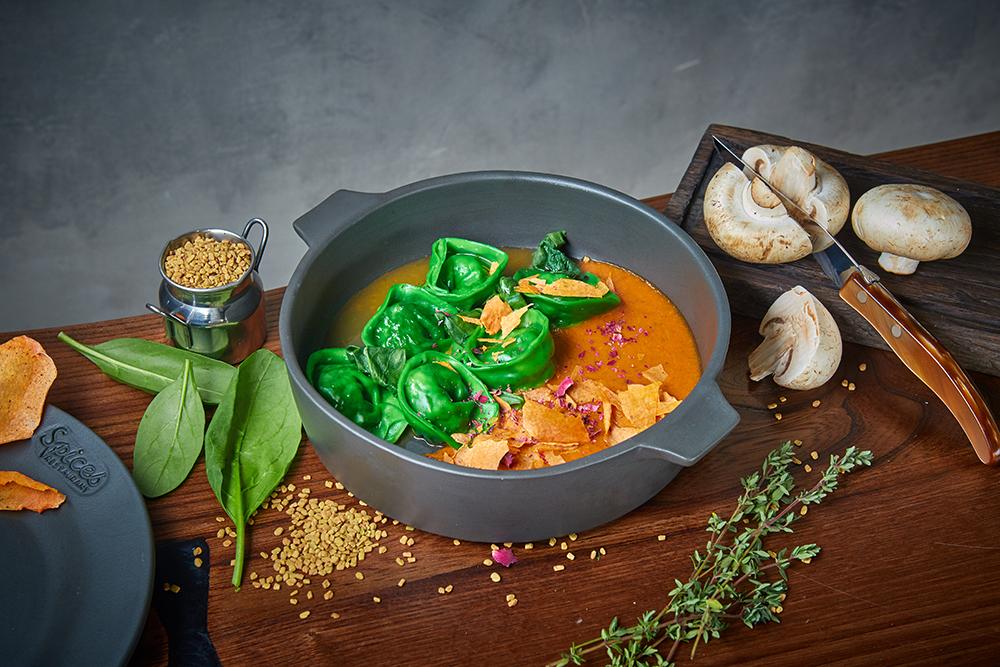 Равиоли с грибами, кремом из томатов и шалфея (420 р.)