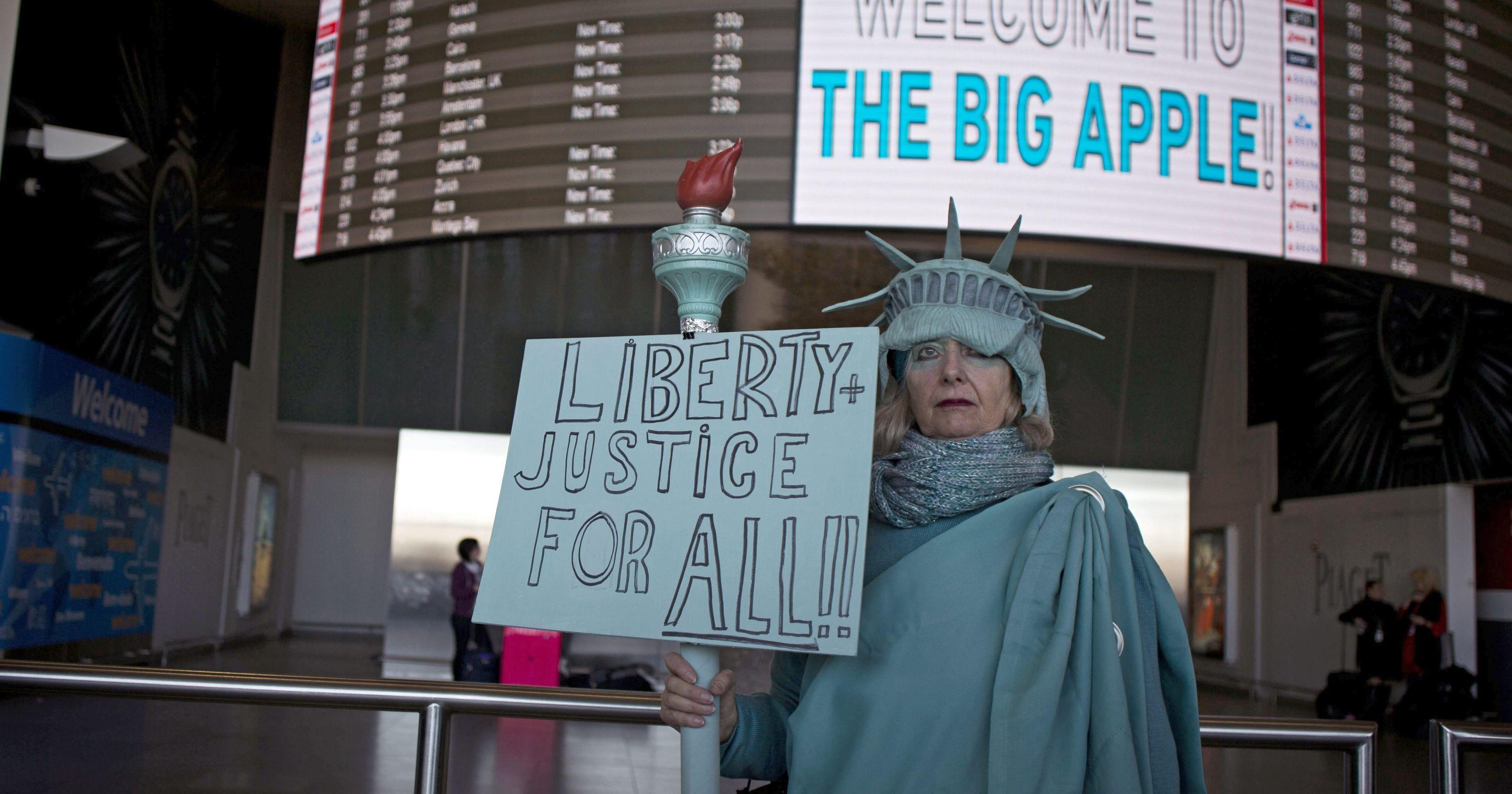 Протест против нового закона Трампа в Нью-Йорке