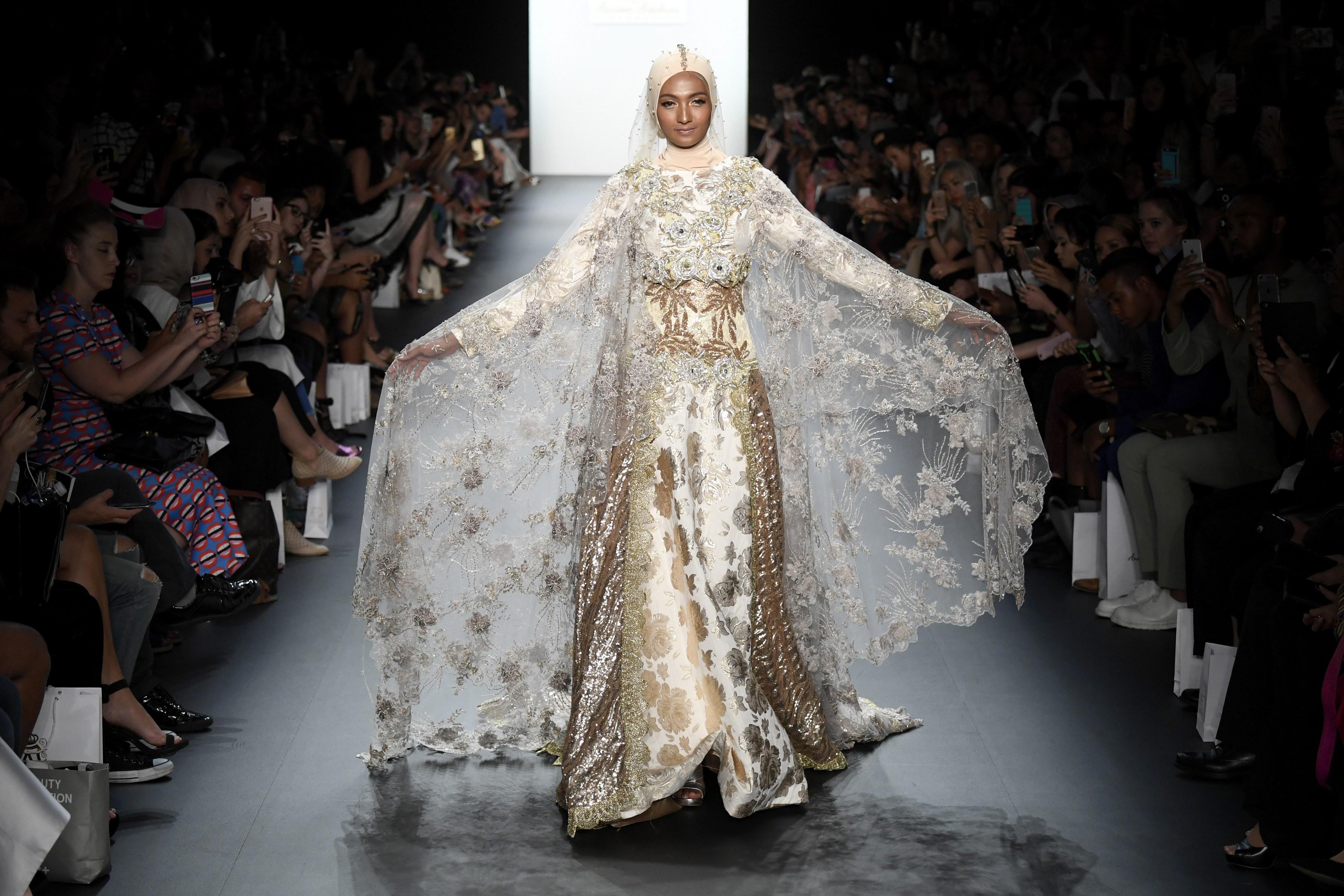 Показ Anniesa Hasibuan SS17 в рамках Недели моды в Нью-Йорке