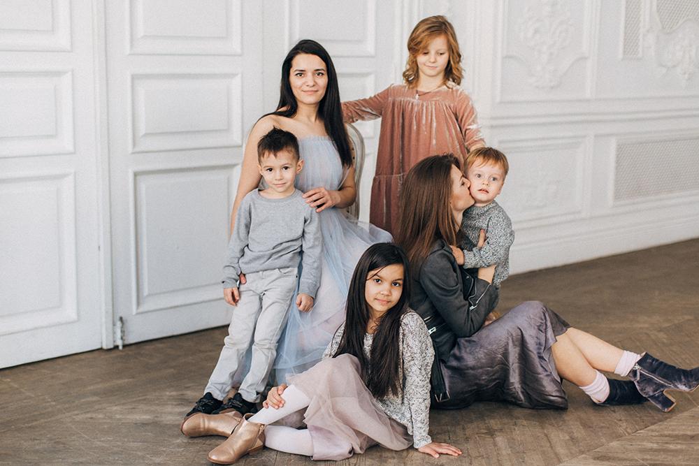 Алия и Оля с детьми