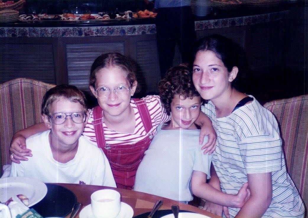 Марк Цукерберг и его сестры