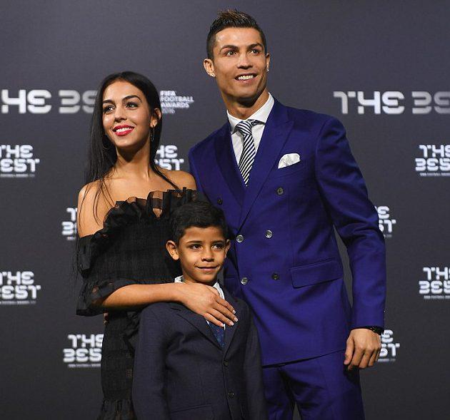 Криштиану Роналду с сыном и Джорджина Родригез