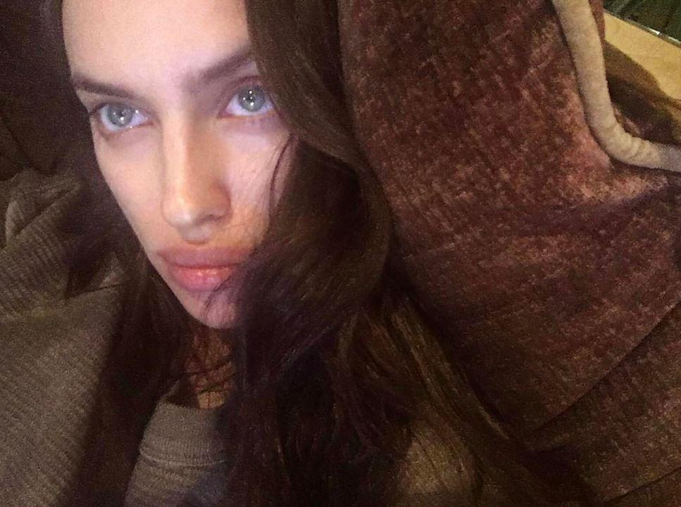 Ирина Шейк отдыхает дома