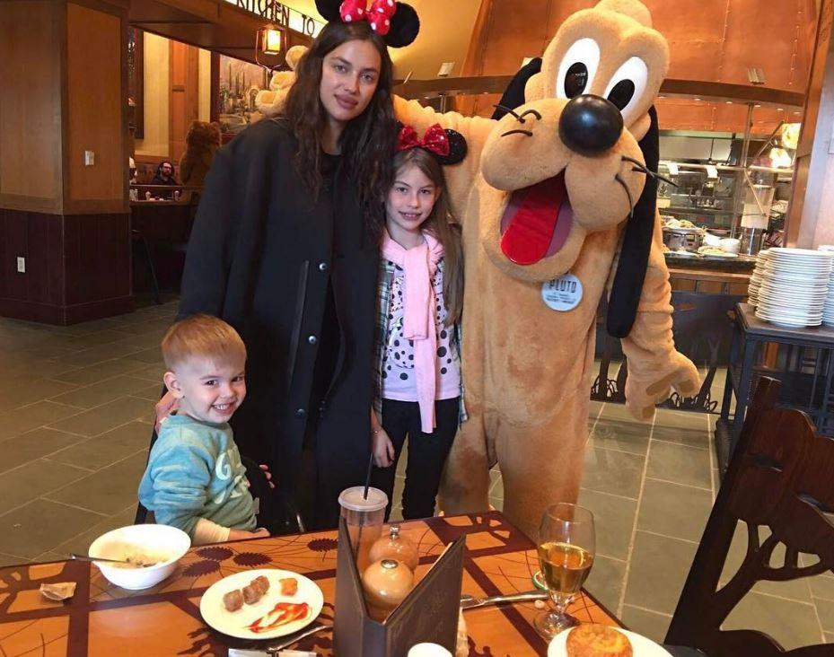 Ирина Шейк в торговом центре с племянниками