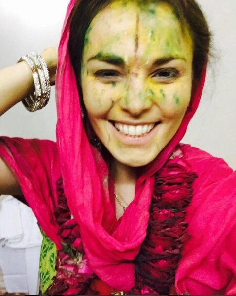 Сати Казанова готовилась к традиционному индийскому празднику Холи