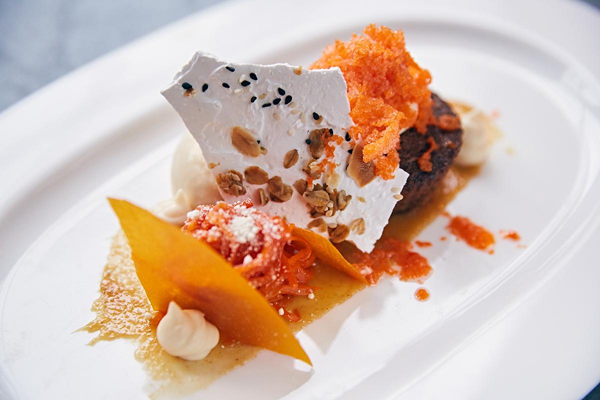 Морковный кекс со сливочным кремом и ромовым мороженым (290 р.)