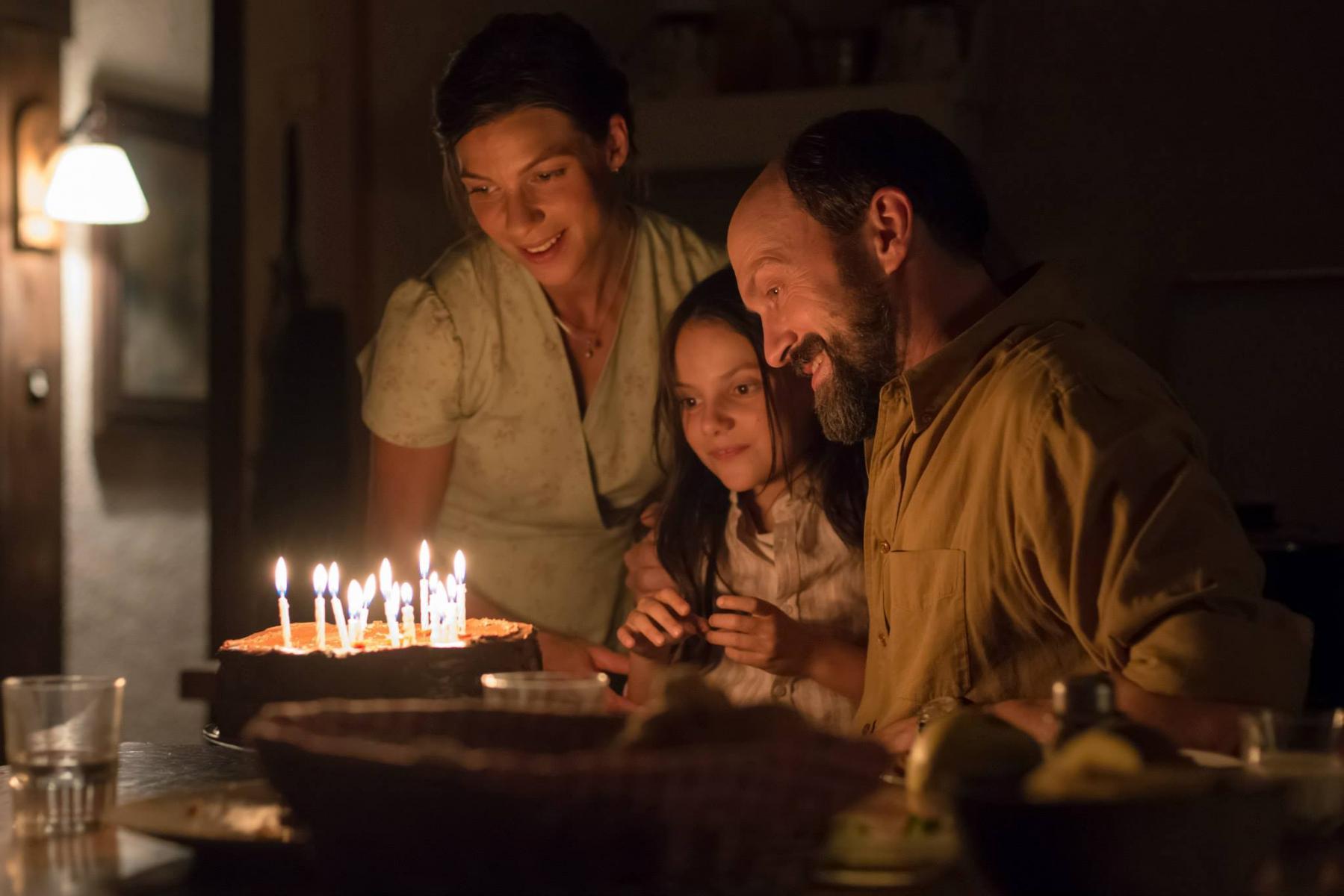 Дафни Кин в сериале «Беженцы»