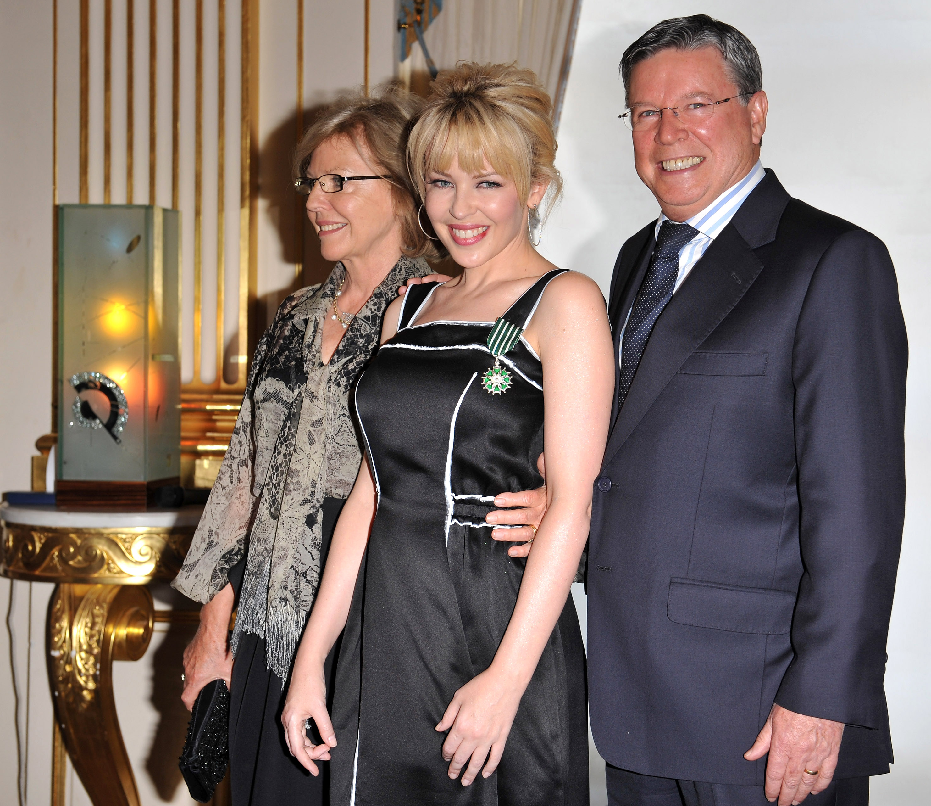 Кайли Миноуг с родителями