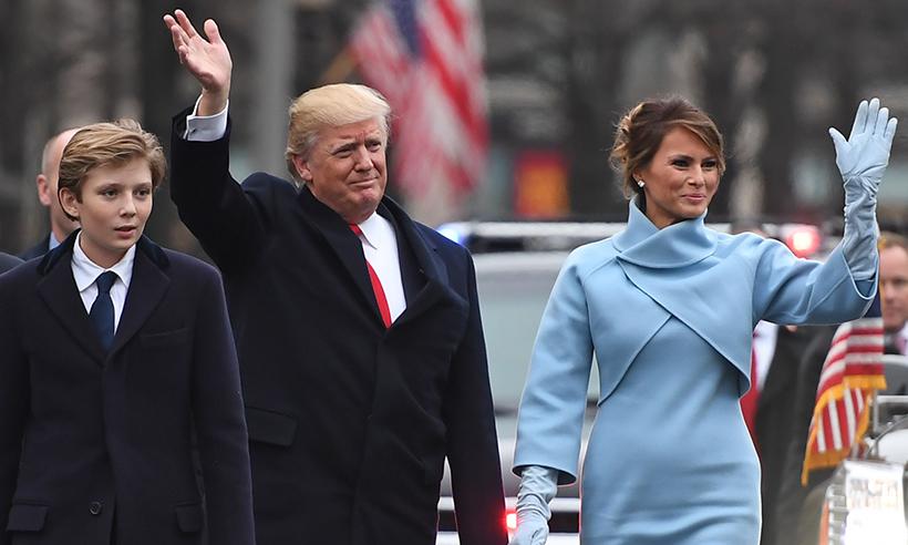 Бэррон, Дональд и Мелания Трамп на инаугурации