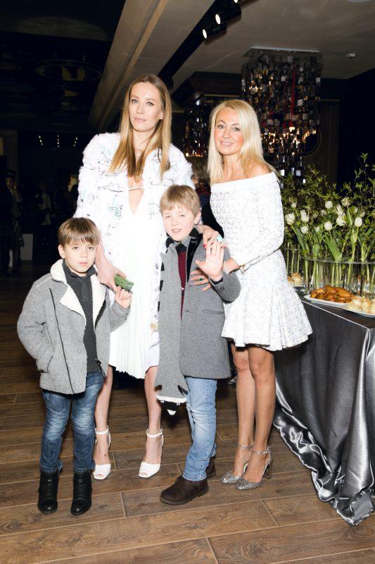 — Наталья Давыдова с сыновьями и Яна Рудковская