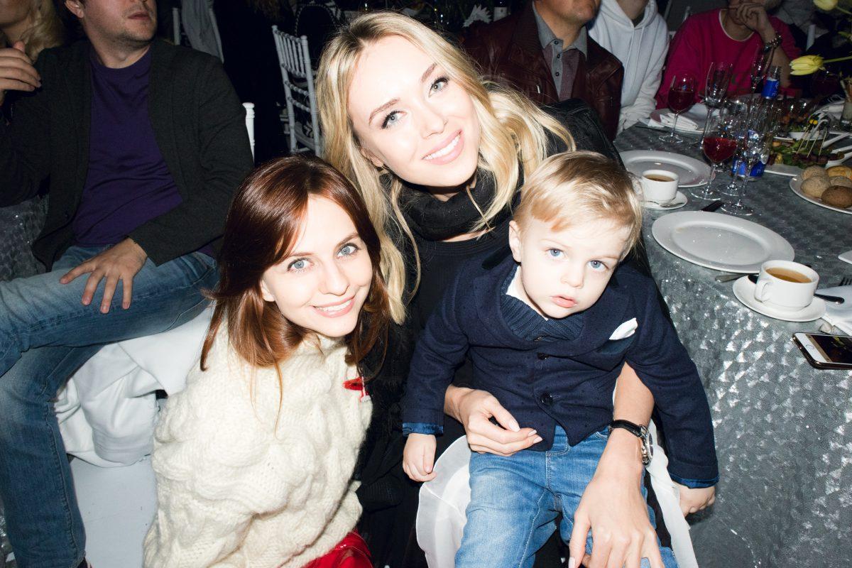 — Юлия Прудько с сыном Федором и Ксения Сухинова