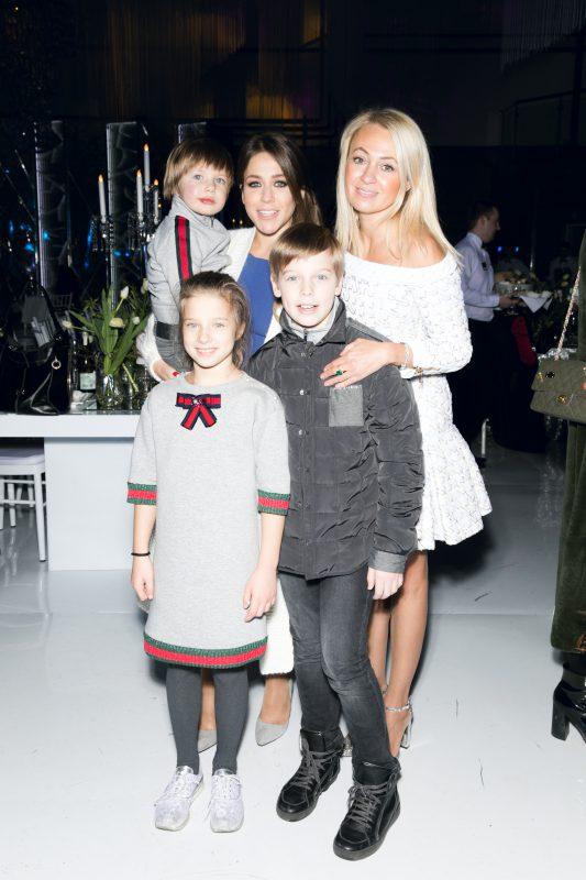 — Юлия Барановская с детьми и Яна Рудковская
