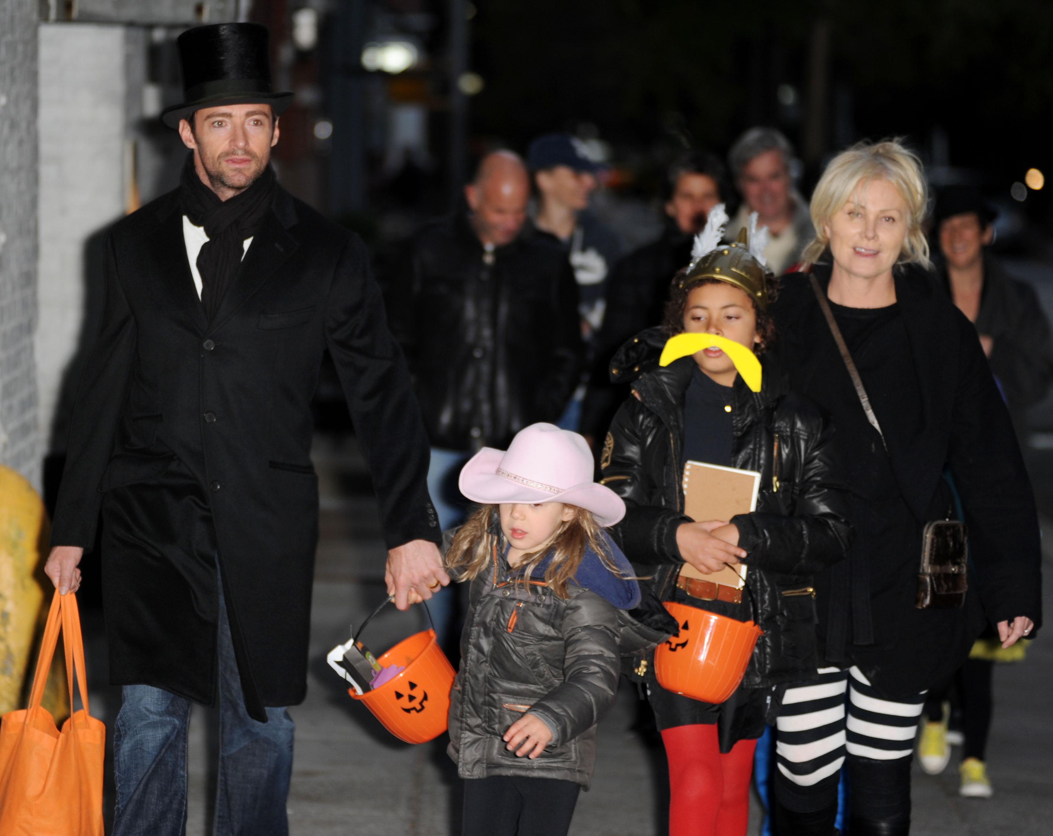 Хью Джекман и Дебора Ли Фернесс с детьми