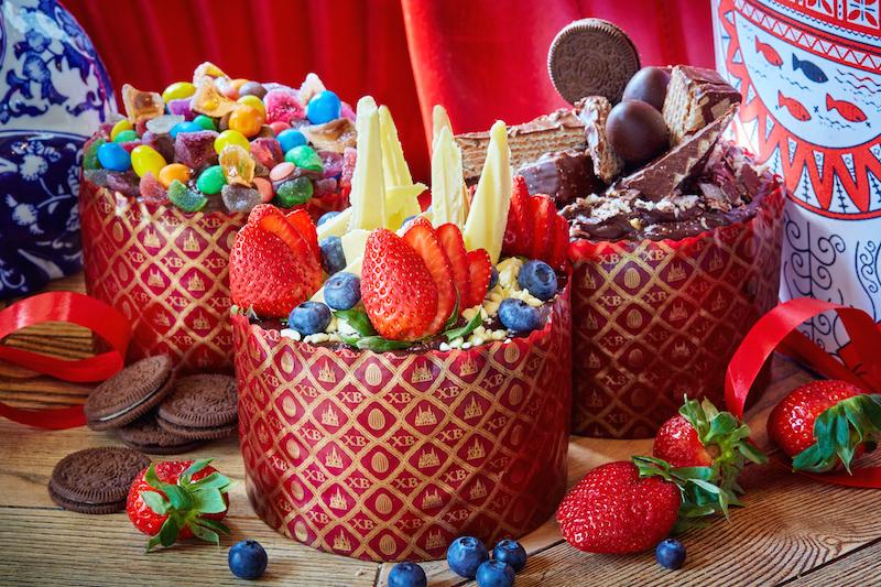 Кулич с белым шоколадом и свежими ягодами (900 р.)