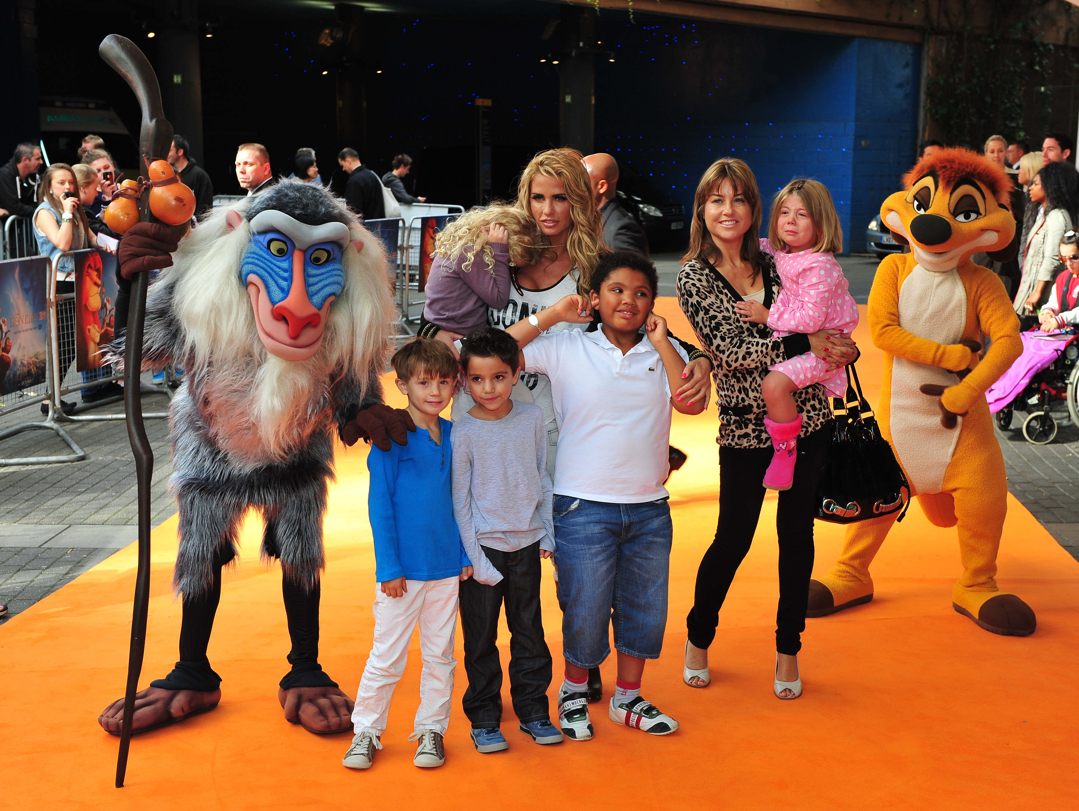 Кэти Прайс с детьми
