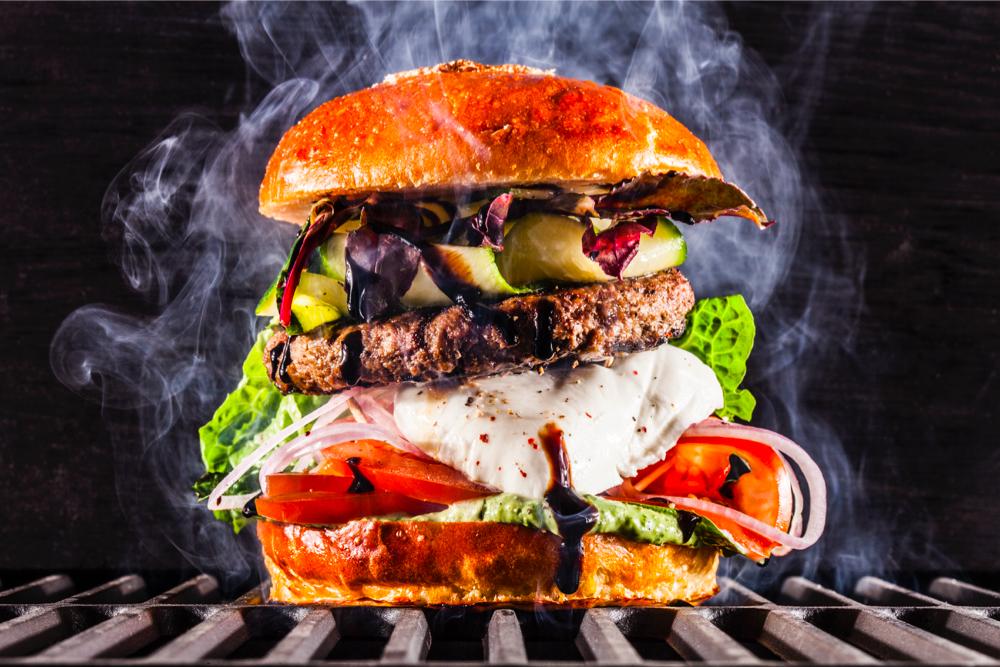 Бургер с моцареллой, говяжьей котлетой и песто (450 р.)