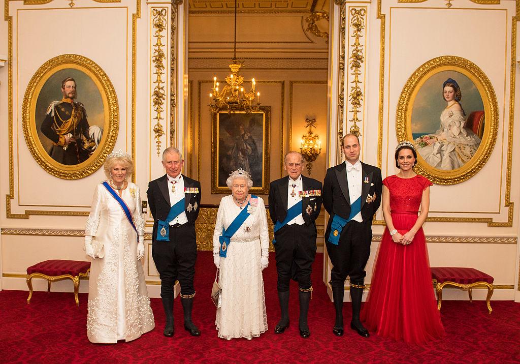 Камилла Паркер-Боулз, принц Чарльз, королева Елизавета II, принц Филипп, принц Уильям и Кейт Миддлтон