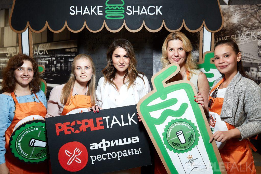 Лаура Джугелия и команда благотворительного фонда продовольствия «Русь»