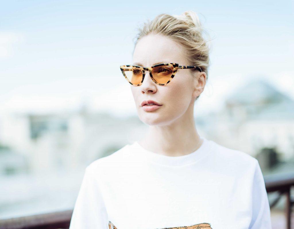 футболка Katya Dobryakova, очки Gigi Hadid for Vogue Eyewear