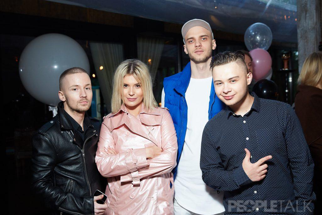 Анна Шульгина с друзьями
