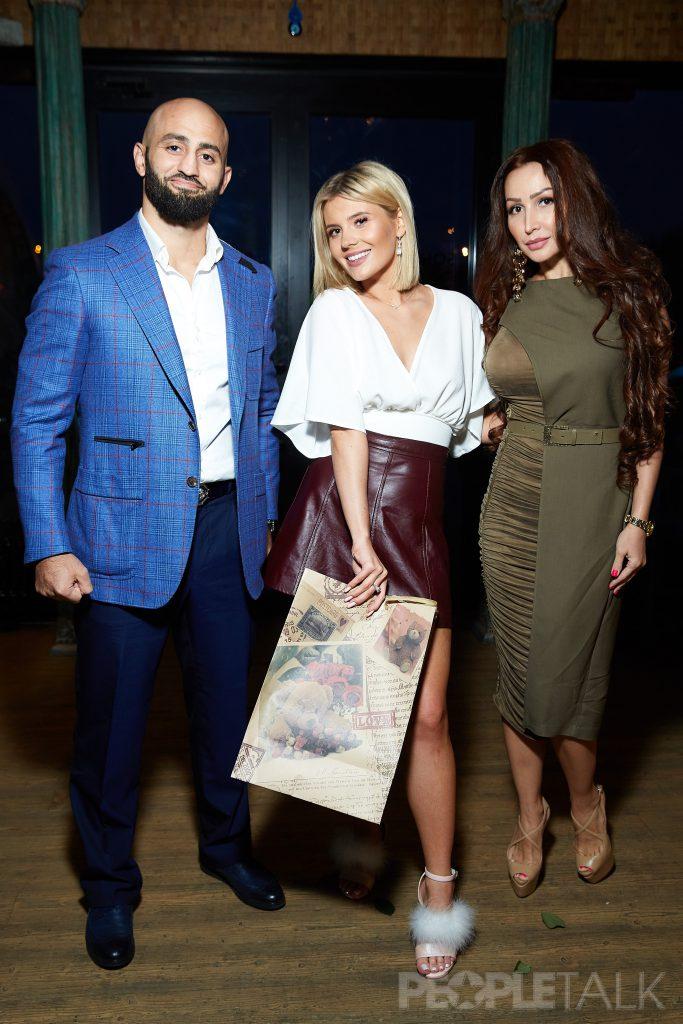 Адам Яндиев с супругой Аишой и Анна Шульгина