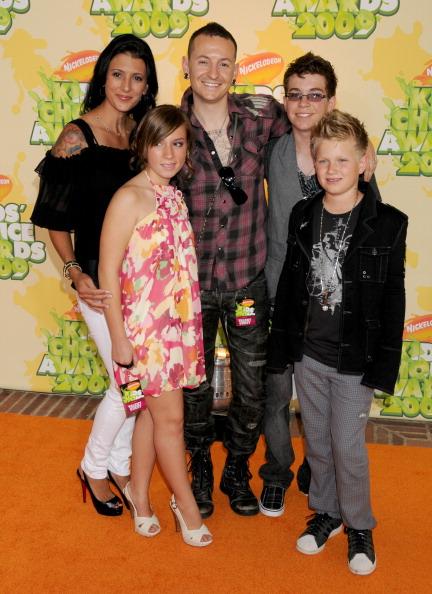 Честер Беннингтон с женой и детьми