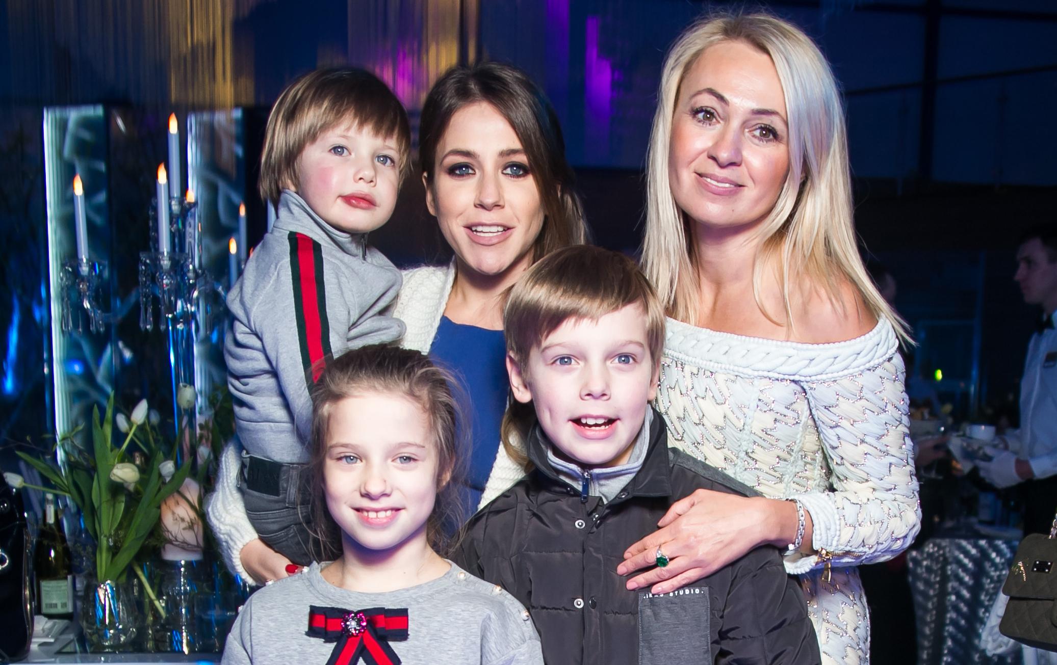 Юлия Барановская с детьми и Яна Рудковская