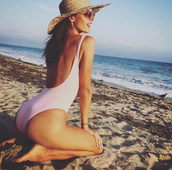 Алессандра Амбросио (36) – ее снимки даже в закрытом купальнике будоражат сознание!