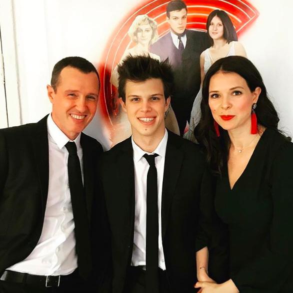 Сын актера Игоря Верника и его бывшей супруги Марии Григорий поступил в Школу-студию МХАТ