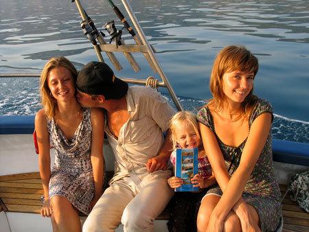 Мария Алалыкина (справа) с мужем и подругой на отдыхе
