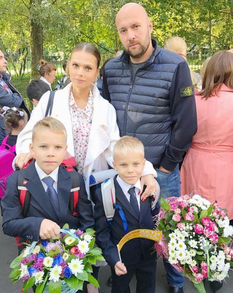 Ксения Новикова с мужем Алексеем и сыновьями Миронов и Богданом