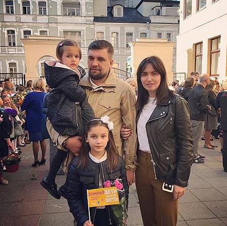 Баста с женой Еленой и дочерьми Машей и Василисой