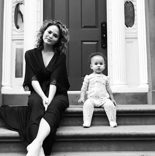 Крисси Тейген и дочь Луна