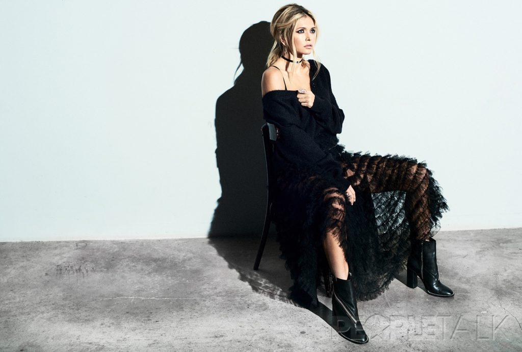 кардиган, Saint Laurent; юбка, Dior; ботинки, Casadei; кольцо, Roberto Bravo; чокер, Casato