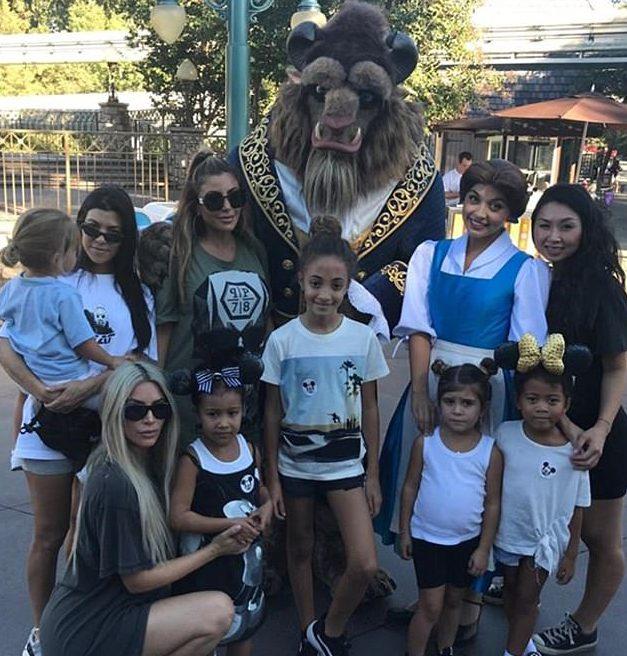 Ким и Кортни с детьми в Диснейленде