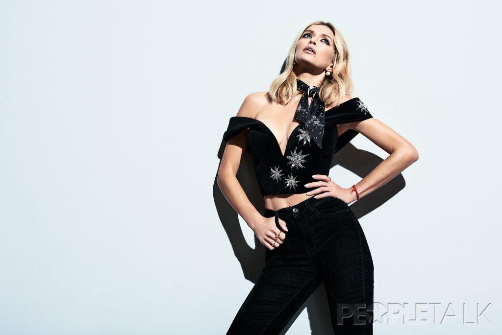 топ, Artem Klimchuk; джинсы, Pepe Jeans; платок, серьги, Dior; кольца, Roberto Bravo