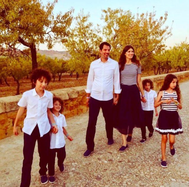 Гай Осири с супругой и детьми