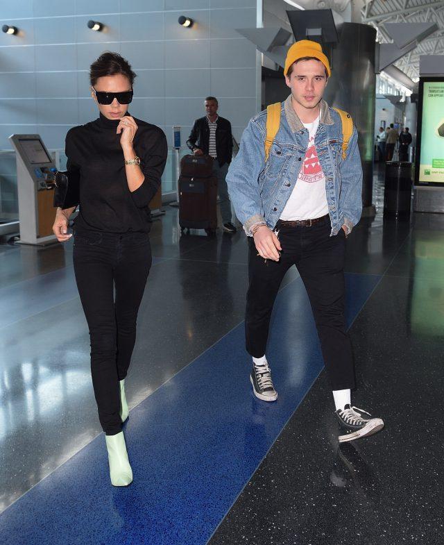 Виктория и Бруклин Бекхэм в аэропорту
