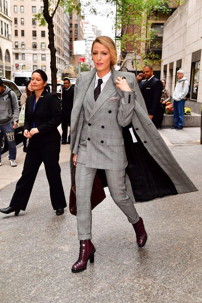 Блейк Лайвли в костюме-тройке Ralph Lauren и с сумкой Michael Kors