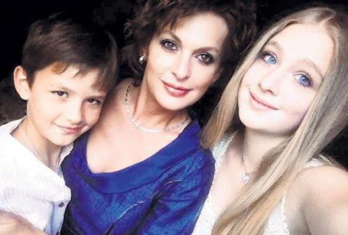 Светлана Бодрова с сыном Сашей и дочерью Ольгой