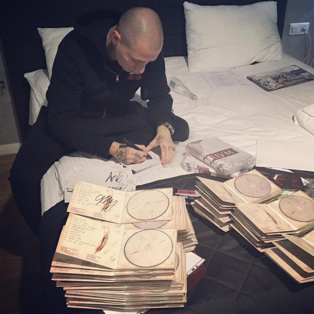 Оксимирон подписывал копии своего альбома