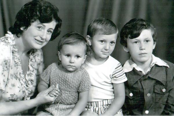 Фото из личных архивов Ани: мама Жанна, Ани, Игорь и Сергей