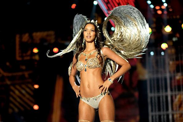 Лаис Рибейро в самом дорогом бра за всю историю Victoria's Secret Show (2 миллиона долларов)