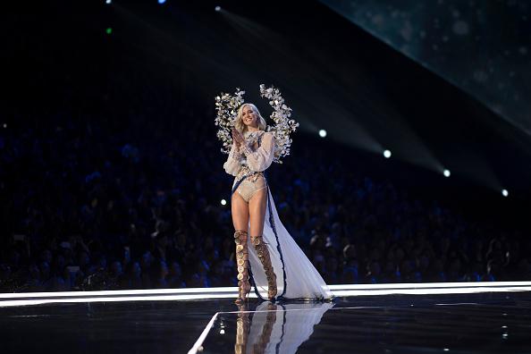 Карли Клосс вернулась в шоу спустя два года после ухода из Victoria's Secret