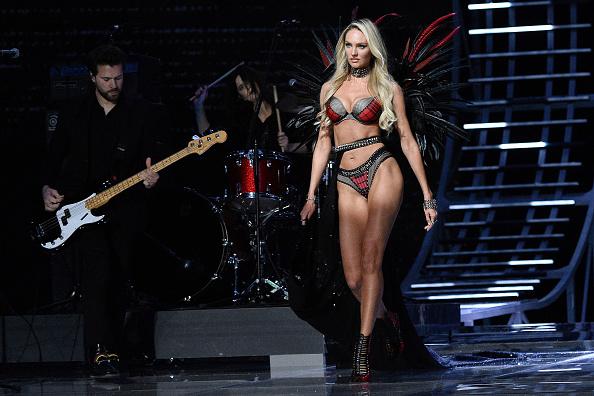 Кэндис Свейнпол вернулась в команду Victoria's Secret через 8 месяцев после родов (в прошлом году она пропустила шоу из-за беременности)